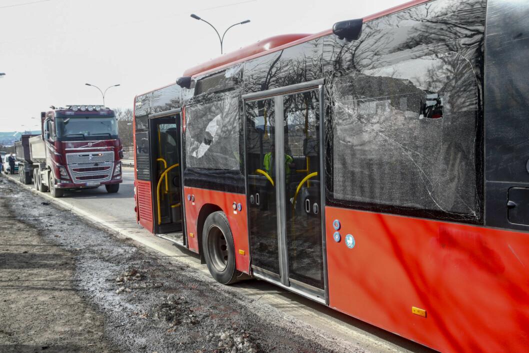 En buss med elever fra Årvoll skole kolliderte tirsdag med en lastebil på Riksvei 4 og Trondheimsveien mellom Sinsenkrysset og Aker sykehus. To personer ble lettere skadet. Foto: Terje Pedersen / NTB scanpix