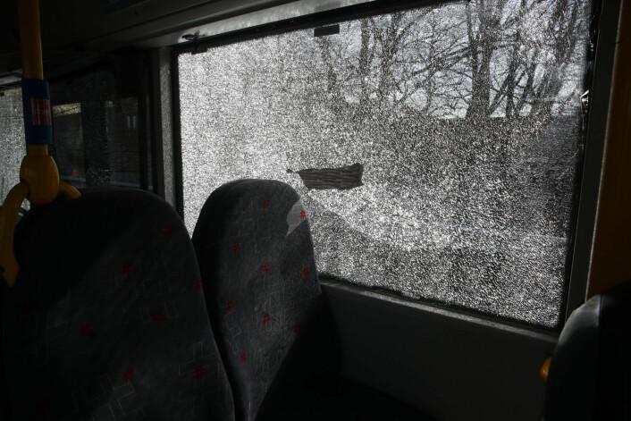 Bildet er tatt fra innsiden av bussen der to personer ble lettere skadd i en kollisjon med lastebil ved Sinsenkrysset. Foto: Terje Pedersen / NTB scanpix