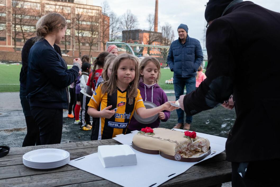 Fotballjentene på Grüner feirer nyheten om at det kommer en flerbrukshall på Dælenenga. SV og AP i bydel Grünerløkka deler ut kake til jentene i Jenter 09. Foto:  Erik Haukebø