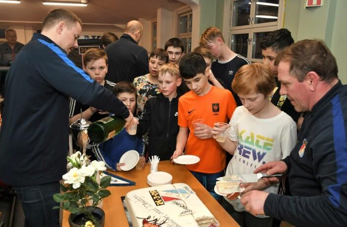 110 årsjubileum og nyheten om en ny flerbrukshall må feires. Dermed ble det kake og brus på de unge bryterne i Sportsklubben 09 tirsdag kveld, i regi av Grünerløkka SV og AP. Foto: Christian Boger