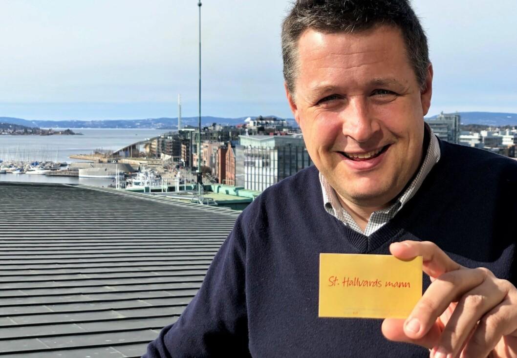 � Jeg er jo Vålerenga-tilhenger, og alle som har vært på Vålerenga-kamper vet hvilken betydning St. Hallvard har, sier leder i Oslo KrF, Espen Andreas Hasle, og viser frem sitt nye visittkort. Foto: Vegard Heldal / Oslo KrF