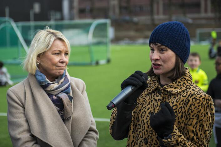 Kommunalminister Monica Mæland (H) og idrettsbyråd Rina Mariann Hansen (AP) har nå sørget for at de viktigste hindrene for en ny idrettshall er ryddet unna vei. Foto: Morten Lauveng Jørgensen