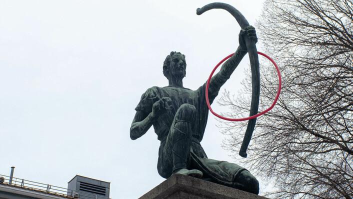 Amor skyter piler utenfor klubbhuset til Dælenenga, av Dyre Vaa. Foto: Thor Langfeldt