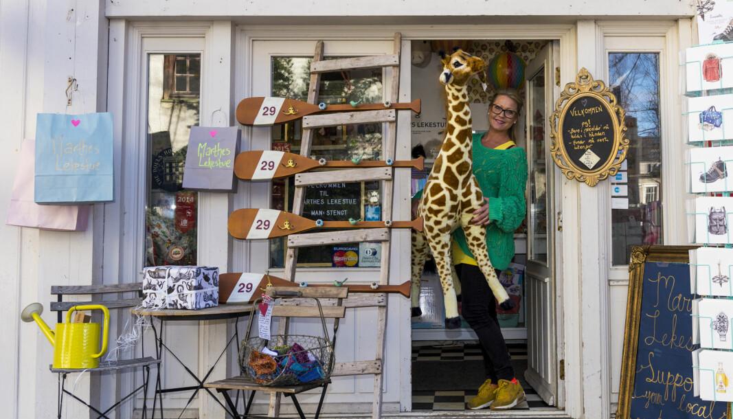 Marthe Lunde i døråpningen på Marthes lekestue, i Hegdehaugsveien 28, mens butikken ennå holdt åpent.