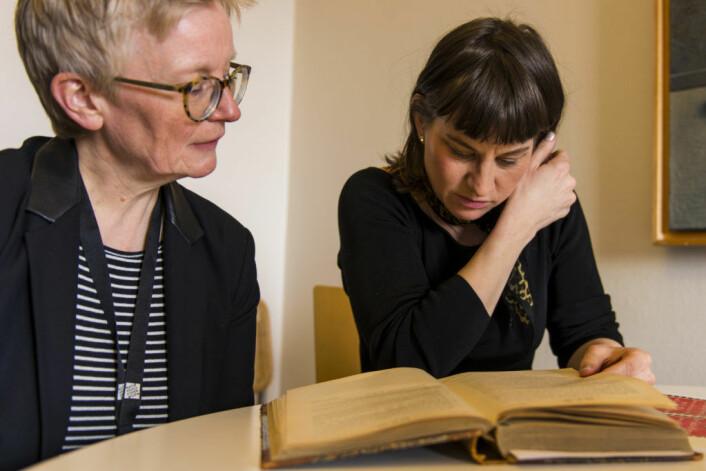 En bekymret kulturbyråd Rina Mariann Hansen og byarkivar Ranveig Gausdal kan bare konstatere at saken ikke ble avsluttet i 1924. Foto: Morten Lauveng Jørgensen