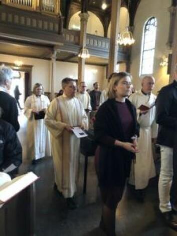 Prestene gikk i kø på den siste dagen i Sofienberg kirke. Foto: Kjersti Opstad