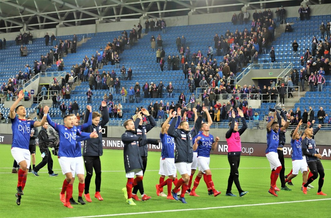 Glede og lettelse i VIF etter tre poeng i åpningskampen. Foto: André Kjernsli