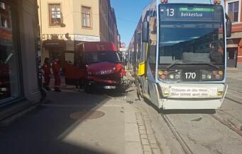 Minibuss kjørte inn i trikken i Thorvald Meyers gate. Sjåfør fikk kul i hodet