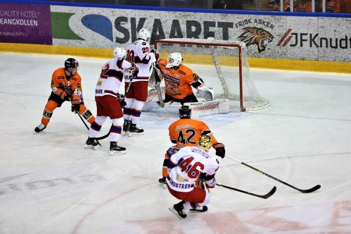 Tobias Lindstrøm (nr 46) setter pucken bak Frisks keeper, og alt ser lyst ut for Enga tidlig i kampen. Foto: André Kjernsli