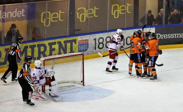 Steffen Søberg i VIF-målet titter bort på Frisk-spillerne som fikk mest å juble for i første periode. Foto: André Kjernsli