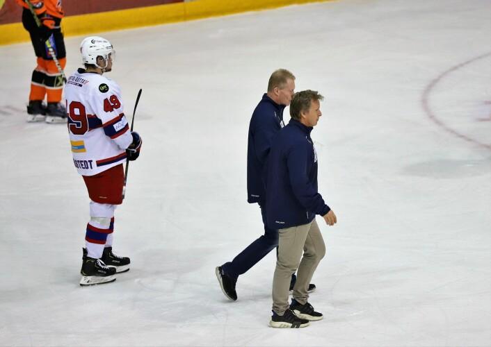 Roy Johansen og Espen Knutsen pa vei inn i garderoben for å pønske ut noe som kan snu kampen. Foto: André Kjernsli