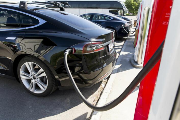 En Tesla Model S står til lading på på en supercharger i Østfold. Foto: NTB Scanpix / Tore Meek