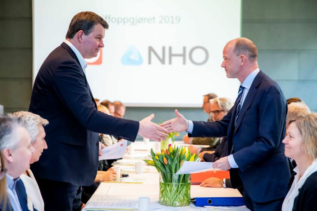 Sjefen over alle sjefer, NHO-sjef Ole Erik Almlid (t.h), ved åpningen av mellomoppgjøret 2019. Her i møte med LO-leder Hans-Christian Gabrielsen. Foto: Håkon Mosvold Larsen / NTB scanpix