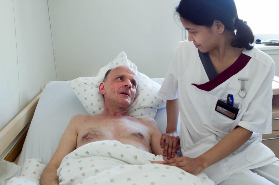 En helsefagarbeider viser omsorg for mannlig pasient. Illustrasjonsbilde. Heiko Junge / SCANPIX