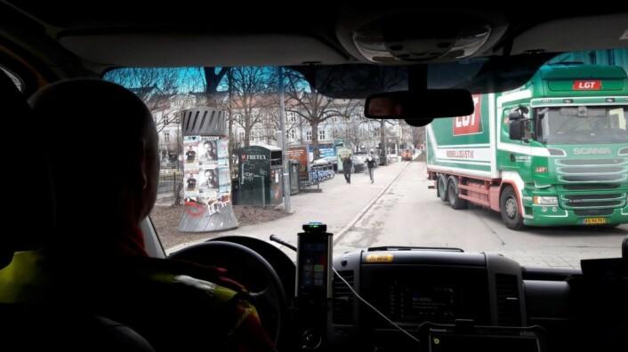 Hit, men ikke lenger. I Seilduksgata ved Birkelunden må ambulansen snu. Både vest og nord for Birkelunden er det stengte gater. Det er en labyrint å komme seg ut fra Grünerløkka. Foto: Anders Høilund