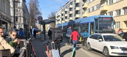 Blinde påkjørt av og snubler over elsparkesykler i byen. Blindeforbundet krever tiltak
