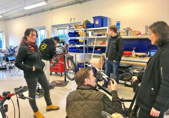 Kalina Toneff slår av en prat med noen av kundene. Foto: André Kjernsli