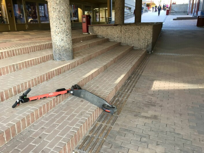 På Tøyensenteret ligger en sparkesykkel noen har kastet fra seg utenfor Biblo. Foto: Vegard Velle