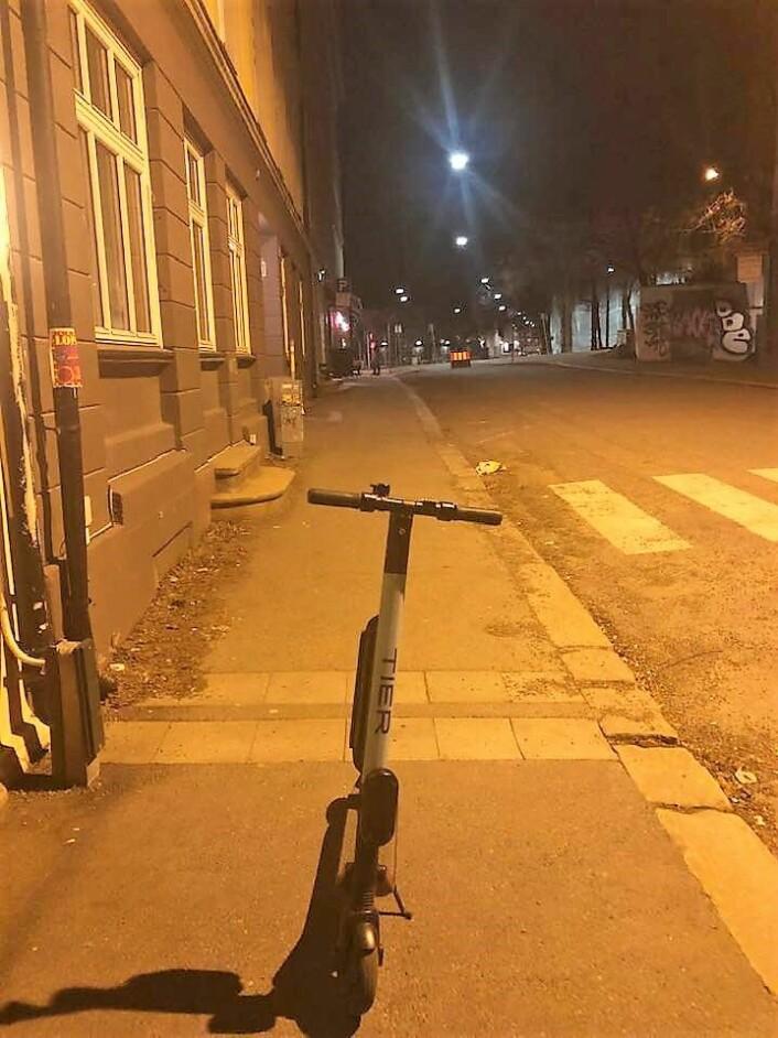 Midt i gaten står denne elsparkesykkelen. Umulig å spotte for en som er blind. Foto: Katrin Hellesnes