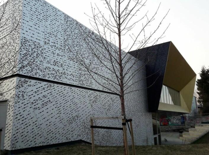 Den prisbelønte fasaden på skatehallen på Voldsløkka har lovteksten fra den gang det var forbudt med skateboard i morsetegn. Foto: Anders Høilund