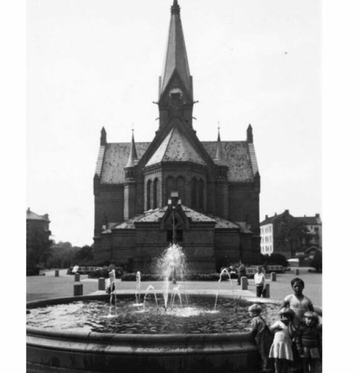 Fontenen ved Sagene kirke skal tilbake til fordums storhet, men foreløpig har spøkefugler sørget for at alt vannet kommer ut av kun en av dysene. Foto: Oslobilder/Ukjent