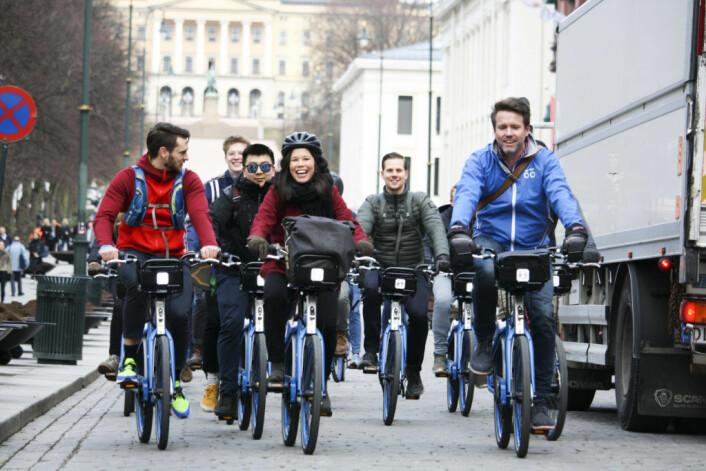 Byråd Lan Marie Berg og andre bysyklister på Karl Johan på onsdag i forbindelse med åpningen av årets bysykkelsesong. Foto: Lisa Siegel