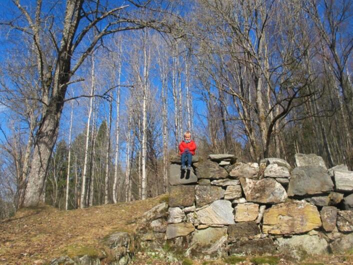 Mika på et av de mange kulturminnene i området. Foto: Søstrene Pihl