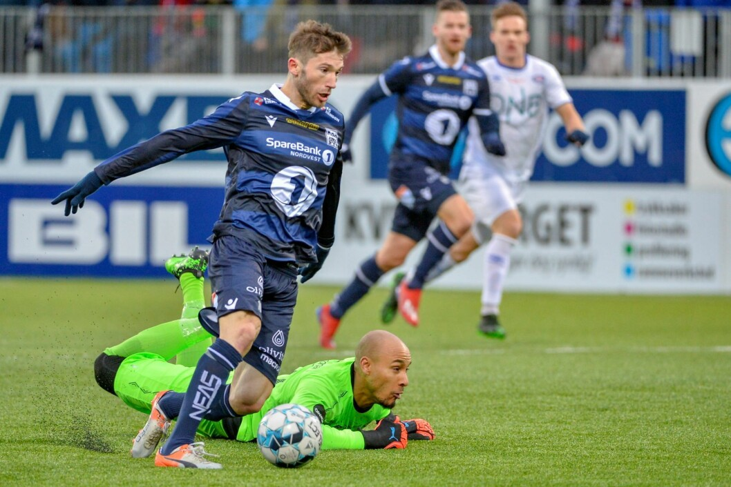 Hjemmelagets Liridon Kalludra forserer Vålerengas målvakt Adam Larsen Kwarasey under eliteseriekampen mellom Kristiansund og Vålerenga på Kristiansund stadion. Foto: Ned Alley / NTB scanpix