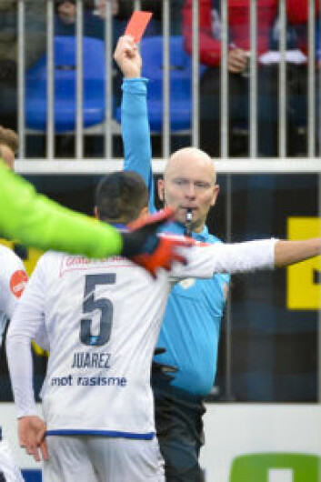 Dommer Dag Vidar Hafsås gir gjestenes Efraín Juárez rødt kort under eliteseriekampen mellom Kristiansund og Vålerenga på Kristiansund stadion.<br />Foto: Ned Alley / NTB scanpix