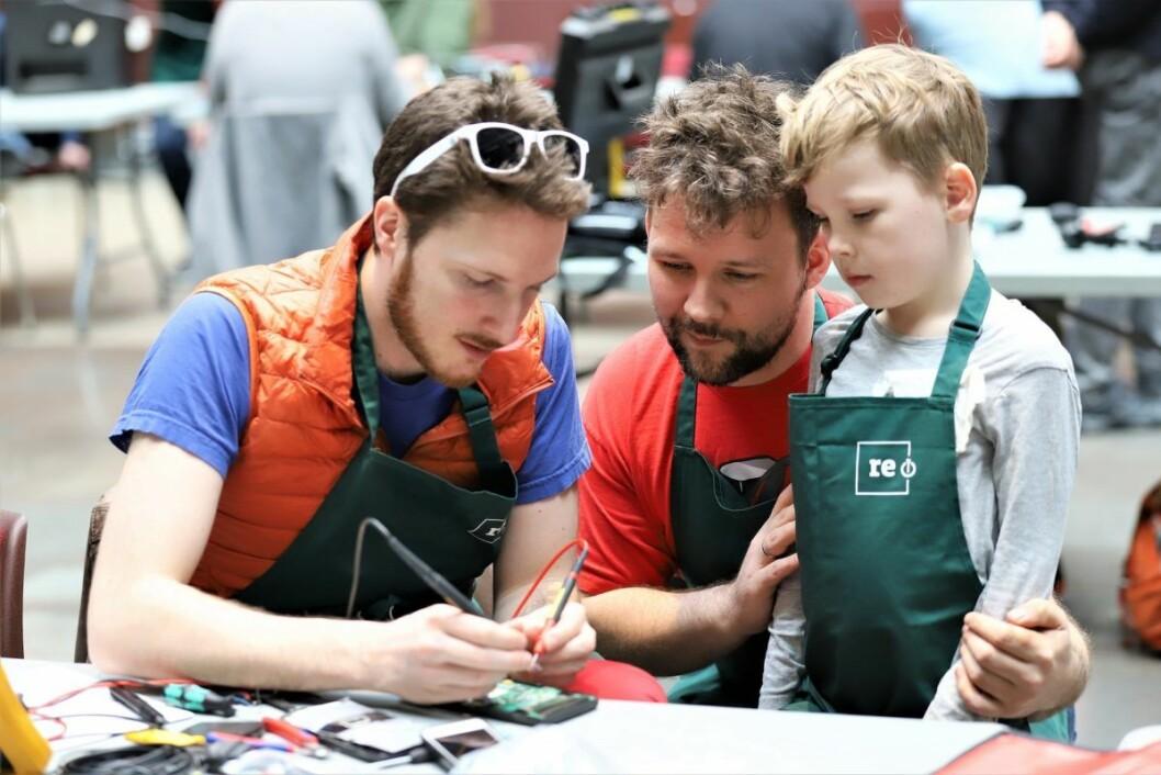 Charles Francois (31), Krister Borge (37) og sjefsfikser Emrik (7) prøver å fikse en kalkulator. Foto: André Kjernsli
