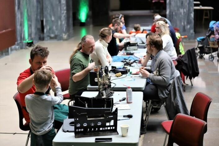 Etter hvert fylles det opp med folk som har ulike produkter de gjerne vil reparere. Foto: André Kjernsli