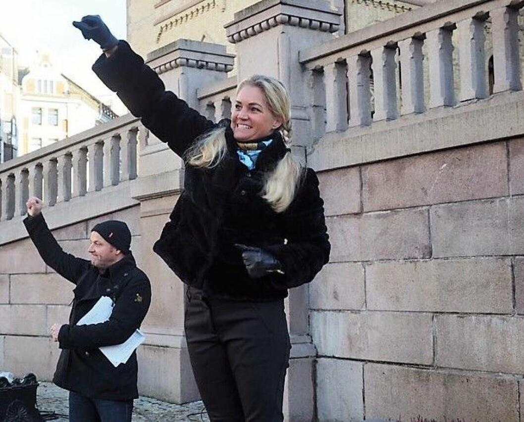 Cecilie Lyngby foran Stortinget i 2017, da det ble demonstrert for en folkeavstemning om bompenger i Oslo. Arkivfoto: Privat