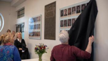 Leder i Fagerborg skoles venner, Eva von Hanno (t.v), overleverte minnetavlen til skolen. Foto: Thor Langfeldt