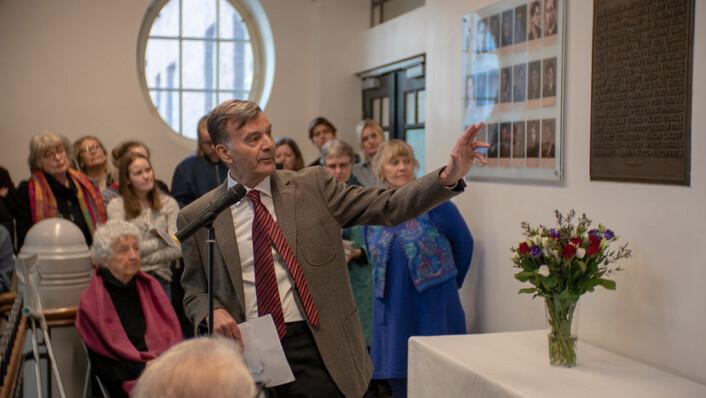 Tidligere historielærer Viggo Barfoed har ledet prosjektet med den nyrestaurerte minnetavlen. Foto: Thor Langfeldt