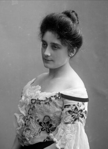 <em>Portrett av Barbra Knagenhjelm, født Ihlen. Gift med Arthur Knagenhjelm 21. september 1895. Bildet er tatt i 1904. Foto: Gustav Borgen / Norsk folkemuseum</em>