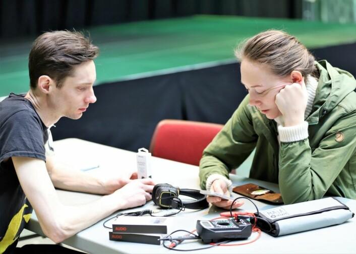 Fikser Steinar hjalp Elin Sørli med å reparere øretelefonene hennes. Foto: André Kjernsli