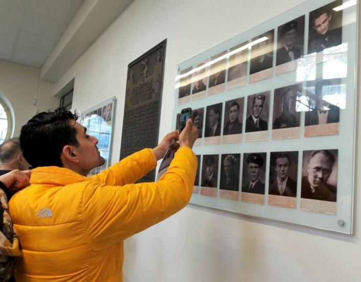 Lior Hobashi finner sin mors onkel blant portrettene på minneveggen. Foto: Anders Høilund