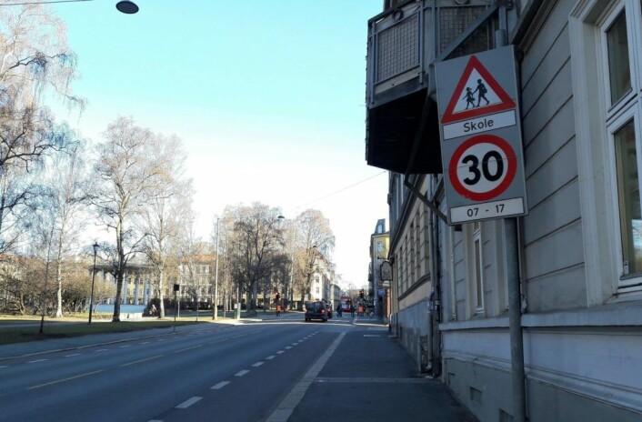 Endelig har det kommet opp et skilt som forteller at det er en 30-sone i Toftes gate ved Grünerløkka skole. Foto: Anders Høilund