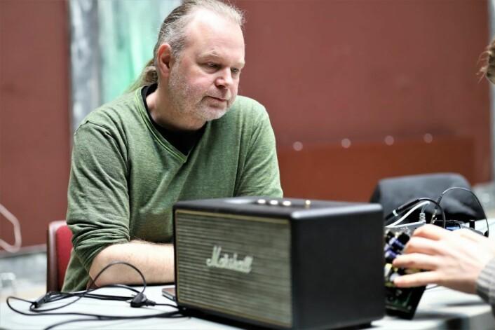 Kaj Gornitzka er spent på om de kan få liv i høyttaleren hans igjen. Foto: André Kjernsli