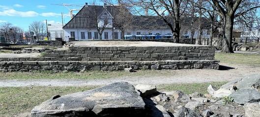Noen har tent bål i Middelalderparken og bygd opp ildstedene med stener fra katedralruinene
