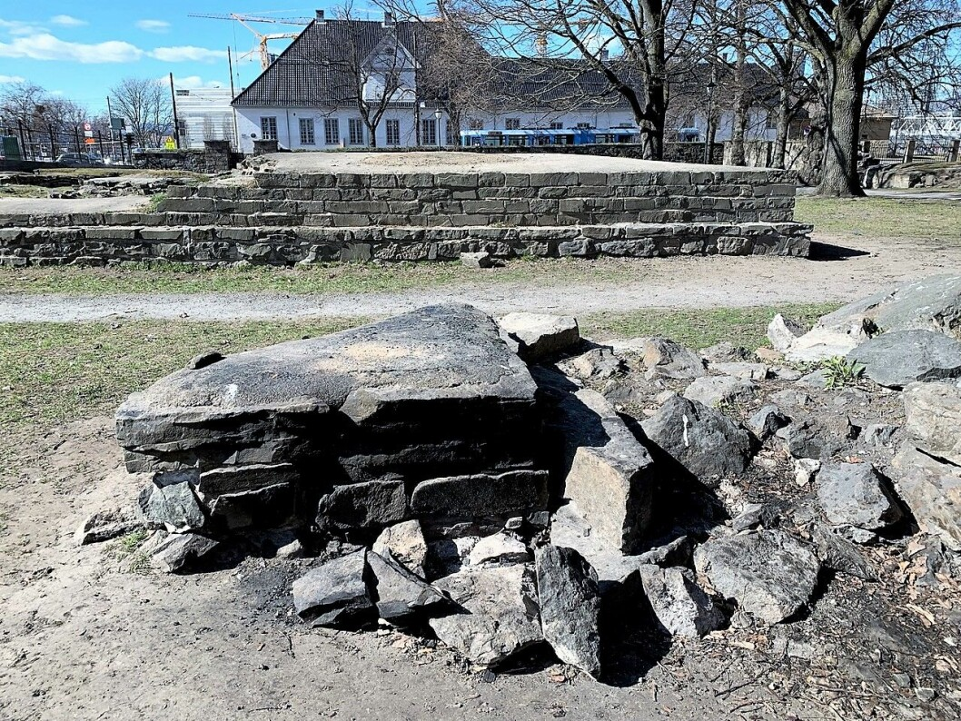 En av minst seks steder hvor noen har laget bålplass med stener fra ruinene av St. Hallvardskatedralen i Middelalderparken. Foto: Oslo byes vel