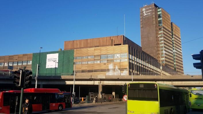 KLP ønsker å erstatte Postens gamle brevsenter ved Oslo S med et nytt bygg og et grønt byrom. I mellomtiden blir fasaden på det gamle bygget pyntet med mose. Foto: KLP eiendom