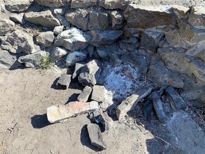 En av bålplassene i middelalderparken, med sot, aske og stener fra ruinmuren rundt det som en gang var St. Hallvardskatedralen. Foto: Oslo byes vel