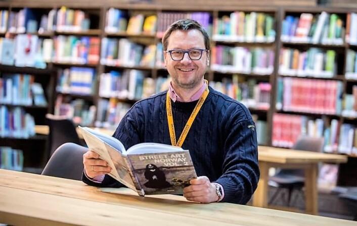 Biblioteksjef Knut Skansen beklager at biblioteket ennå ikke låner ut lydbøker på norsk via telefon. Foto: Christian Clausen, Deichman