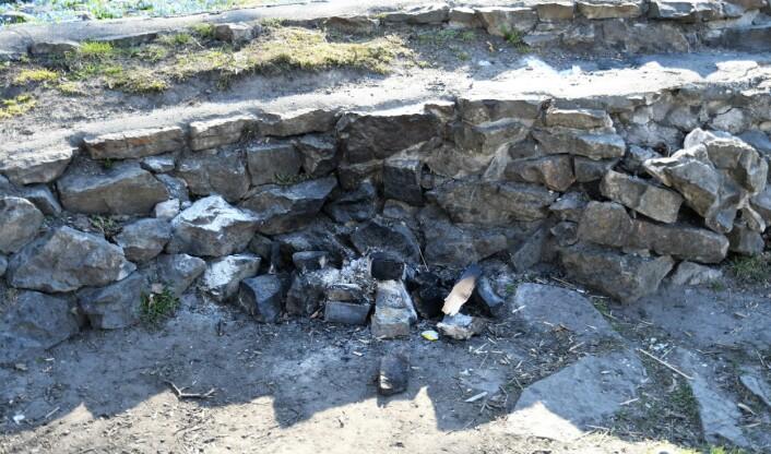 Opptenning av bål har ført til skader på ruinene etter St. Hallvardskatedralen i Gamlebyen. Kulturetaten håper å kunne utbedre skadene etter påske. Foto: Christian Boger