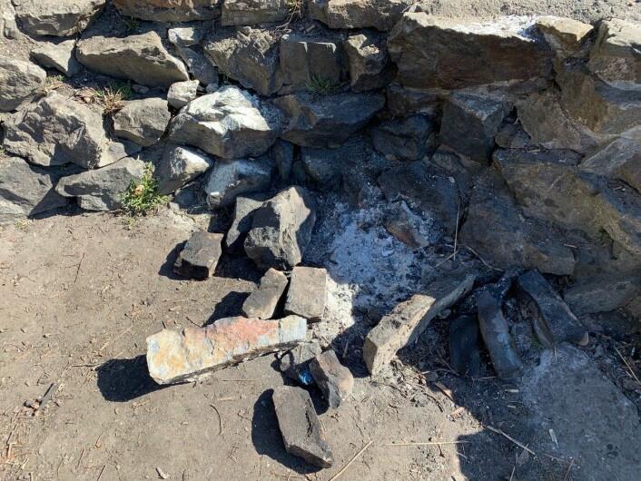 Steiner fra ruinene brukes til bålplass. Foto: Oslo Byes Vel