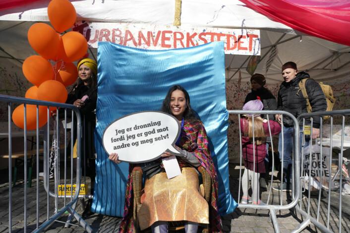 Mani Kaur Grewal poserer som dronning foran turbanverkstedet i Spikersuppa. Foto: Fredrik Hagen / NTB scanpix