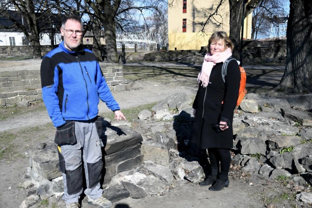 Asbjørn Rønning og Anne Olaisen i kulturetaten er oppgitt over skadeverket på ruinene etter St. Hallvardskatedralen. Foto: Christian Boger