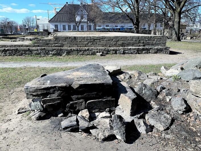 Steiner er løsnet fra de ruinene og det er tent opp bål i de unike kulturminnene i Gamlebyen. Foto: Oslo Byes Vel