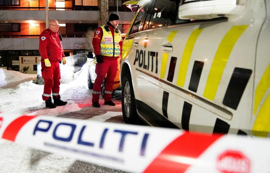 Politi og ambulanse på plass ved knivstikking. Det stemmer at det har vært en nær dobling i antall loggførte knivstikkinger i Oslo politidistrikt i perioden justisminister Jøran Kallmyr (Frp) viser til, mener nettstedet Faktisk.no. Foto: Cornelius Poppe / NTB scanpix